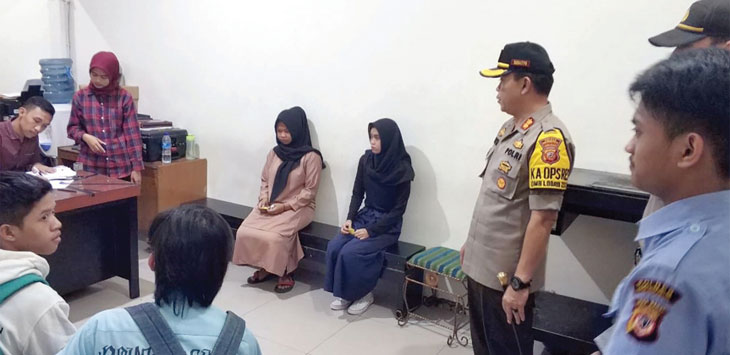 Kapolres Sukabumi Kota saat meninjau proses pelayanan pembuatan SKCK di Polres Sukabumi Kota. Ist