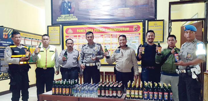 Kapolsek Gunungguruh, Iptu Yudi Wahyudi beserta jajarannya saat menunjukan ratusan botol miras yang berhasil disitanya. Radar Sukabumi