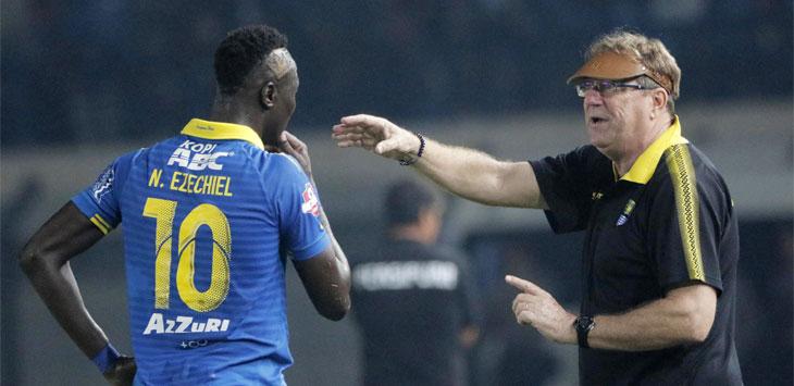 Pelatih Persib Bandung, Robert Alberts saat memberi arahan kepada Ezechiel Ndouassel di tengah pertandingan di Stadion Si Jalak Harupat. Ist