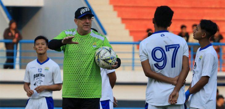 Pelatih Persib Bandung, Robert Alberts saat memberi arahan materi latihan kepada sejumlah pemain di Stadion Arcamanik, Kota Bandung. Ist