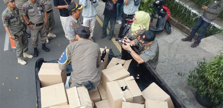 Satuan Polisi Pamong Praja (Satpol PP) Kota Depok menyita puluhan kardus berisi botol miras hasil penggrebekan yang dibawa ke Balaikota Depok, senin (17/6/19). Ist