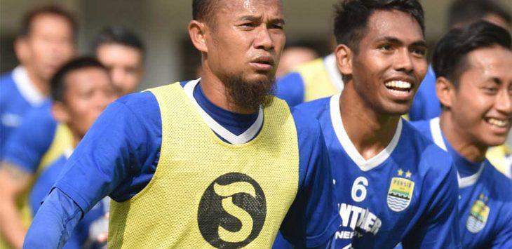 Kapten tim Persib Bandung, Supardi Natsir bersama skuat Pangean Biru saat menjalani sesi latihan. Ist