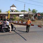 Kopda Fauzi anggota Arhanudse 14 Cirebon amankan stasiun kereta api dan perlintasan kereta api Sindanglaut. Indra/pojokjabar
