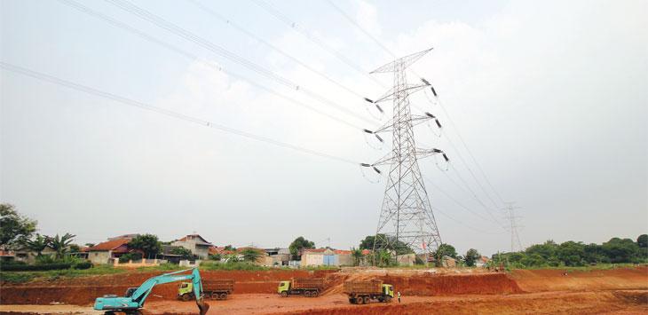 Pekerja menggunakan alat berat di proyek pembangunan Tol Depok-Antasari (Desari) tahap II di kawasan Kelurahan Grogol, Kecamatan Limo. Radar Depok