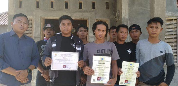 Warga Waruduwur perlihatkan sertifikat pelatihan dari Cirebon Power. Indra/pojokjabar