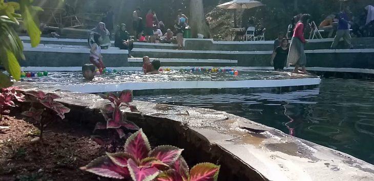 Pengunjung menikmati wahana kolam renang di Objek wisata Woodland. Ahmad/pojokjabar