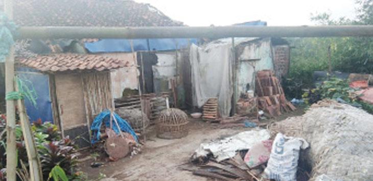 Kondisi salah satu rumah warga di Desa Cijalingan yang rusak akibat amukan puting beliung pada Februari lalu.