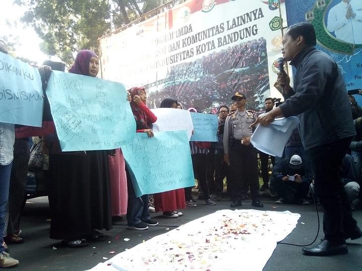 Aksi soal sistem zonasi di Bandung