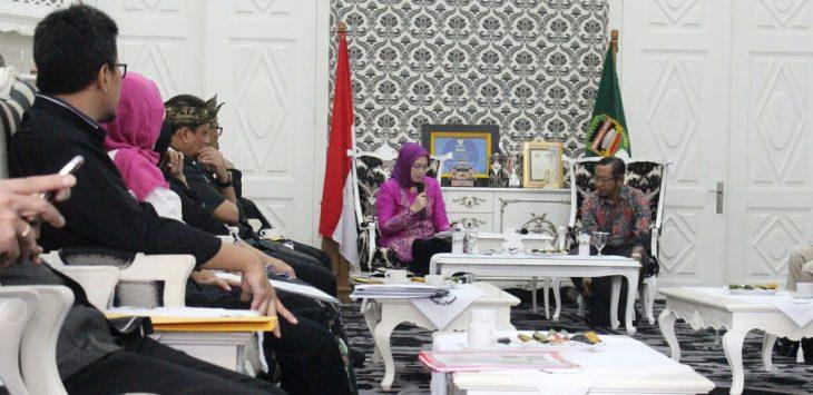 Bupati Purwakarta, Anne Ratna Mustika ketika menyambut kedatangan Divisi pencegahan KPK di Bale Nagri Pemda Purwakarta.