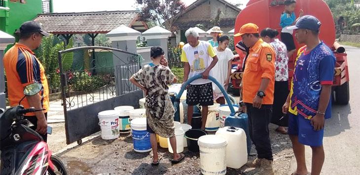 BPBD Kabupaten Sukabumi, saat mendistibusikan air bersih kepada warga Kampung Pasirkuda, RT 18/5, Desa Cijurey, Kecamatan Gegerbitung, selasa (9/7/19).