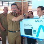 Kepala Bappenda Kabupaten Cirebon, Erus Rusmana secara simbolis memberikan hadiah kepada wajib pajak. Ghofar/pojokjabar