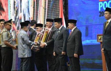 Saat Wapres RI Jusuf Kalla berikan penghargaan kepada Bupati Acep. Ist/pojokjabar