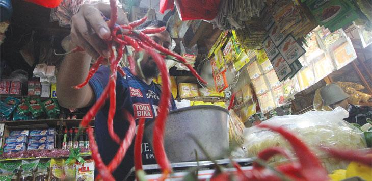 Pedagang menata cabai merah keriting di lapak dagannya di Pasar Agung, Jalan Proklamasi Raya, Kecamatan Sukmajaya, Kamis (18/7/19). Radar Depok