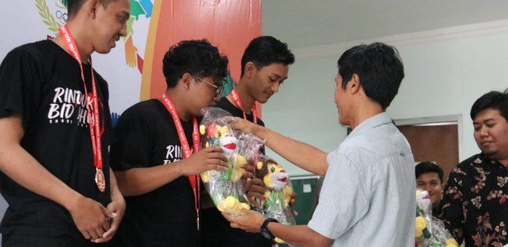 Crew Film Rinduku Bid'ahmu saat menerima penghargaan. Ist/pojokjabar