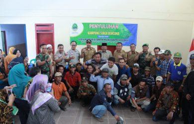 Wabup Kuningan M. Ridho Suganda foto bareng warga usai acara pembentukan kampung siaga. Ahmad/pojokjabar