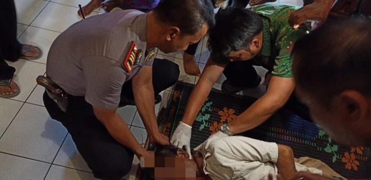 Anggota kepolisian saat melakukan pemeriksaan korban gantung diri. Ist