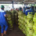 Pegawai PT Pertamina sedang melakukan pengisian gas LPG 3 Kg. Istimewa/pojokjabar