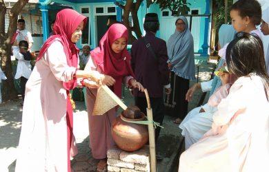 Keluarga calon haji melaksanakan tradisi gentong haji. Kirno/pojokjabar