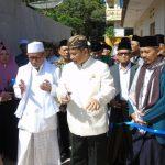 Secara simbolis, PRA Arief Natadiningrat gunting pita peresmian ruang kelas baru. Ahmad/pojokjabar
