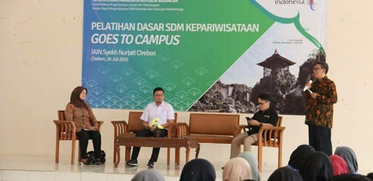 Rektor IAIN Syekh Nurjati Cirebon Dr H Sumanta M.Ag (kanan), saat memberi materi mengenai pariwisata di Kota Cirebon. Alwi/pojokjabar