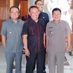 Rana Suparman (tengah baju hitam plat merah) di dampingi pejabat eksekutif. amd/pojokjabar
