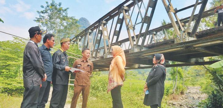 Bupati Purwakarta Anne Ratna Mustika bersama jajarannya mengcek jalur yang belum selesai dibangun.