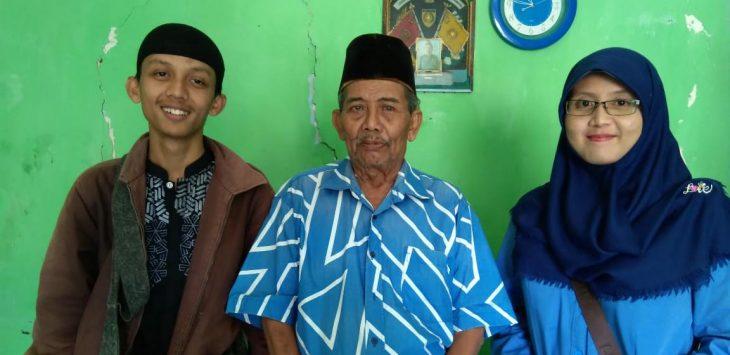 Saidi (tengah) didampingi cucunya. Indra/pojokjabar