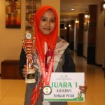 Leli Khaeriyah saat menunjukan tropi dan sertifikat juara 1. Ist/pojokjabar