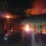 Masrina dan anaknya mencoba memadamkan api. Ist/pojokjabar