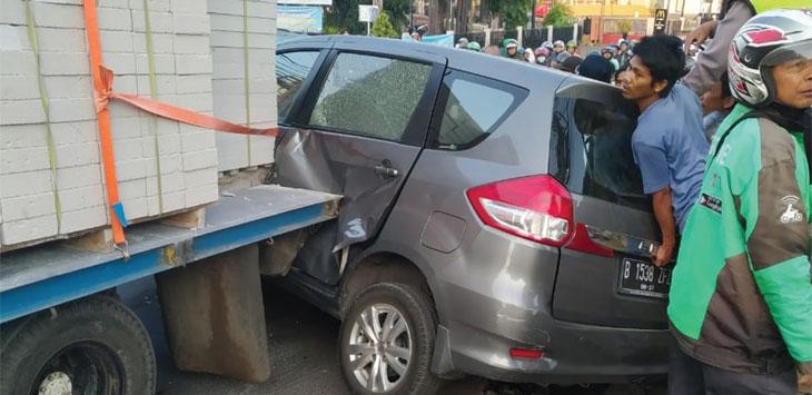 Salah satu mobil ringsek akibat kecelakaan beruntun di tanjakan Jalan Raya Sawangan dekat Depok Trade Center (DTC), Kelurahan Rangkapan Jaya, Kecamatan Pancoranmas, kamis (18/7/19). Radar Depok