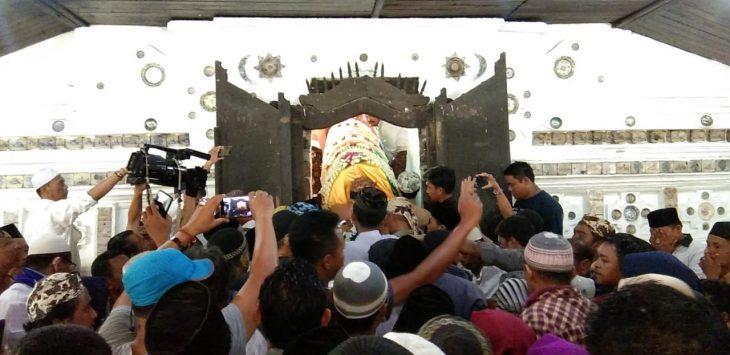 Ribuan masyarakat antarkan almarhum Pangeran Raja H Muhammad Imanudin Bin Sultan Kanoman X Sultan Raja HM Nurus Samawat ke tempat peristirahatan terakhir. Kirno/pojokjabar