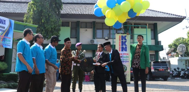 Rektor IAIN Syekh Nurjati Cirebon Dr H Sumanta M.Ag (keempat dari kiri) saat di upacara pelepasan 1.572 mahasiswa untuk KKN di Kabupaten Brebes. Alwi/pojokjabar
