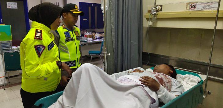 Kapolres Majalengka, AKBP Mariyono di dampingi Kasatlantas Majalengka AKP Atik mengunjungi korban luka di RS Mitra Plumbon. Ist/pojokjabar