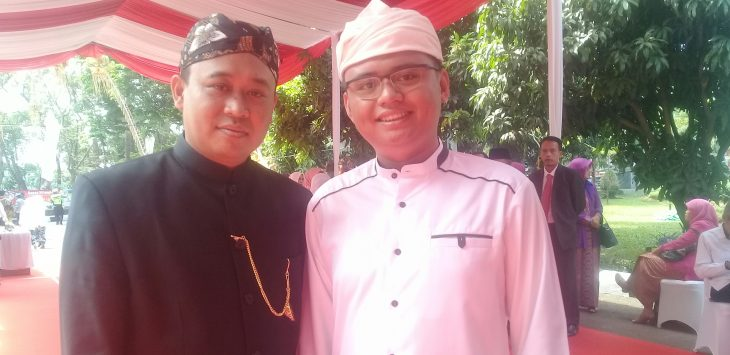Sekretaris golkar Purwakarta, Maula Akbar didampingi Kepala BKSDM kabupaten Purwakarta saat diwawancara usai sidang paripurna istimewa hari jadi purwakarta dihalaman kantor dprd