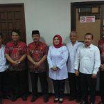Pengurus PMI Kabupaten Cirebon foto bareng bersama Plt Bupati Cirebon. Ghofar/pojokjabar