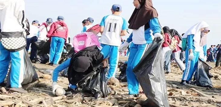 Perwakilan pelajar pun turut memungut sampah di Pantai Loji.