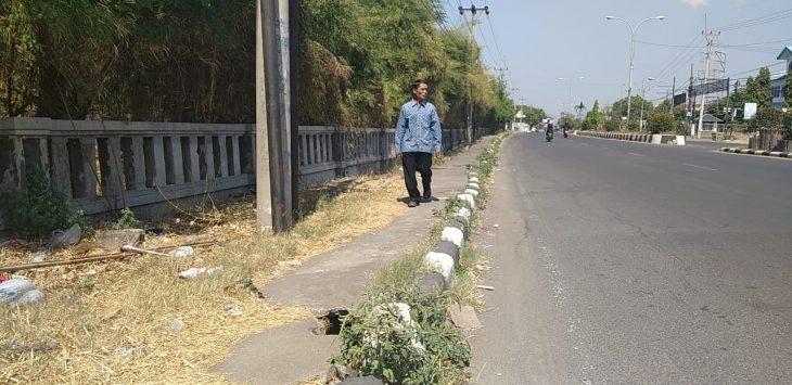 Pejalan kaki sedang melintas di sebelah kiri atau utara hotel patra jasa cirebon. Indra/pojokjabar