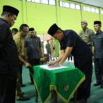 Wali Kota Cirebon menyaksikan penandatanganan pegawai pasca dilantik. Ist/pojokjabar