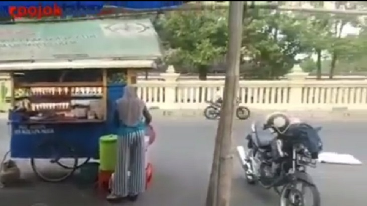 Pembalap motor melintas di area penjual mie ayam bakso