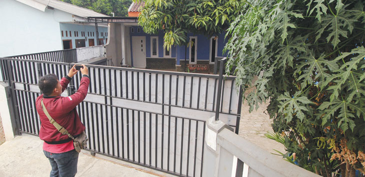 Salah satu wartawan mengabadikan kediaman Brigadir RT (32) pelalu penembakan terhadap Bripka Rachmat Effendy (41) terlihat tampak sepi di Jalan Jatijajar, RT4/3, Kelurahan Jatijajar, Tapos, Minggu (28/7/19). Radar Depok