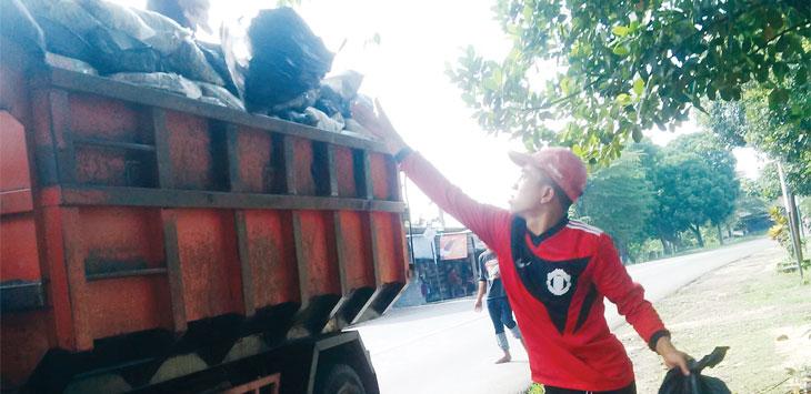 Petugas kebersihan Pemda Purwakarta saat membersihkan sampah dari tempat pembuangan sampah sementara. Saat ini Purwakarta kekurangan banyak armada pengangkut sampah.