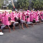 Personel Polrestabes Bandung yang dihukum push up dan squat jam (arif)