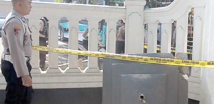 Dua anggota Polres Sukabumi Kota memberikan garis polisi pada mahkota pilar yang ambruk saat tersenggol bus.