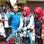 Ketua PMI Kabupaten Cirebon salurkan bantuan air bersih. Kirno/pojokjabar