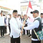 Plt Bupati Cirebon, Imron Rosyadi lepas 402 calon Jamaah Haji di asrama haji Watu belah, Sumber, Kabupaten Cirebon. Kirno/pojokjabar