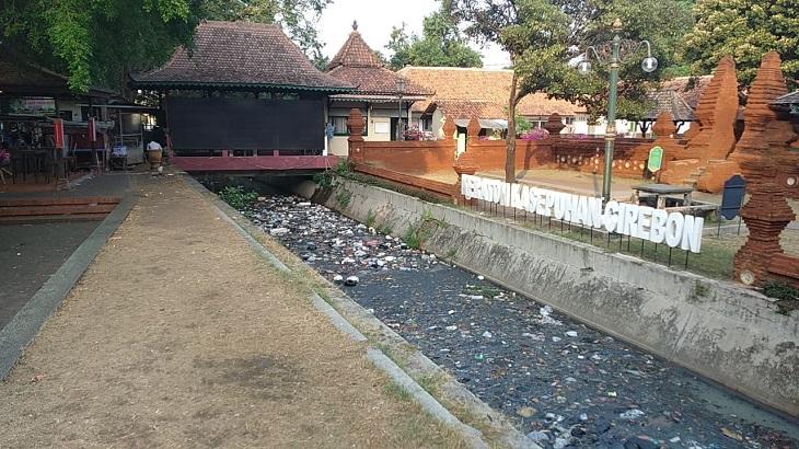 Sampah di depan Keraton Kasepuhan