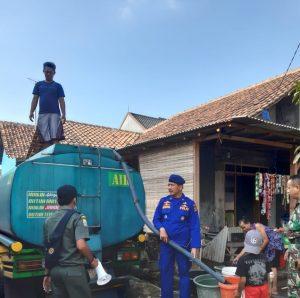 Anggota Sat Polair Polres Cirebon saat membagikan air bersih kepada warga. Kirno/pojokjabar