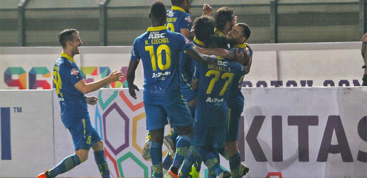 Skuat Maung Bandung melakukan selebrasi usai membobol gawang lawan saat pertandingan berlangsung di Stadion Si Jalak Harupat, Soreang, Sabtu (18/5/19).