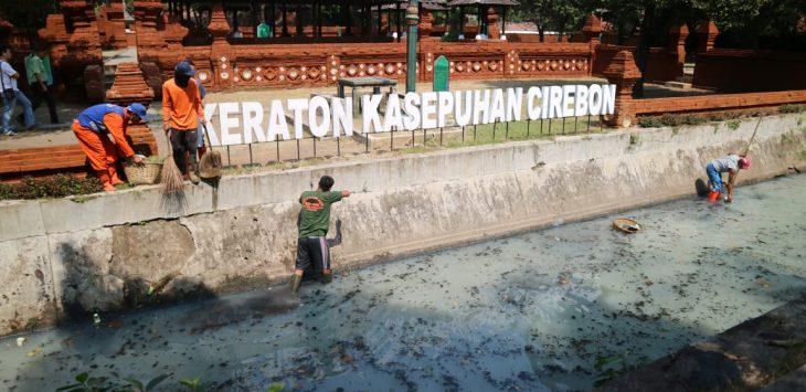 Petugas sedang membersihkan sampah di sungai Cipadu. Ist/pojokjabar