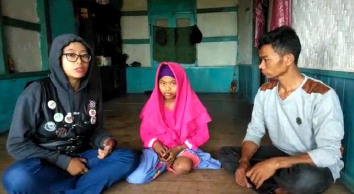 Teh Neng bersama salah satu warga yang dibantunya